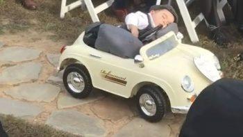 Pajecito bebé se queda dormido rumbo al altar (VIDEO)
