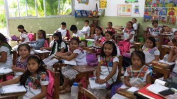 En lugar de uniforme visten trajes típicos en Yucatán