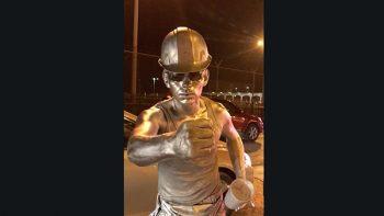 Sorprende hombre plateado en el puente internacional Reynosa-Hidalgo