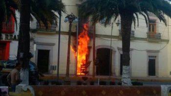Linchan a 'delincuente' y queman comandancia en Puebla