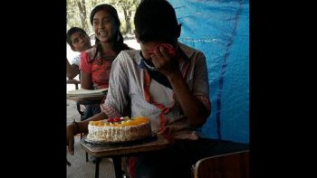 Niño indígena llora de alegría al recibir su primer pastel de cumpleaños (FOTOS)