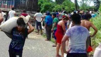 Vuelca tráiler con maíz y saquean mercancía en Tamaulipas