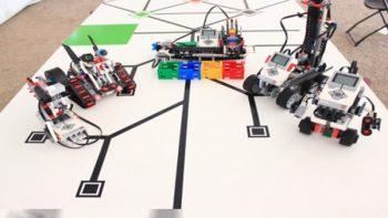Estudiantes construyen robots con piezas de plástico