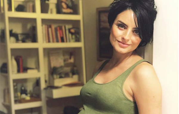 Aislinn Derbez revela que espera una niña