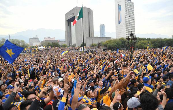'Explota' la afición al salir los jugadores de Tigres al estrado (FOTOS/VIDEO)