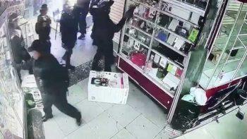 Video capta a policías tomando celulares en Plaza Meave