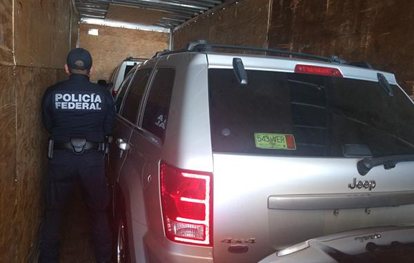 Policía Federal aseguró camionetas blindadas en un tráiler