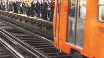 Mujer baja a vías del Metro para recuperar bolsa con pirotecnia