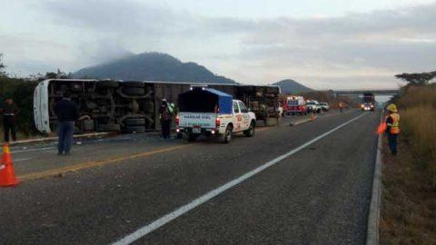 Volcadura deja un muerto y 26 heridos en Chiapas
