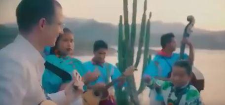 Yuawi canta junto a Ricardo Anaya
