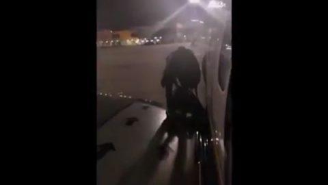 Pasajero desesperado por retrasos salta por salida de emergencia (VIDEO)