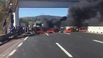 Bloquean la México-Puebla en protesta por detención de regidor