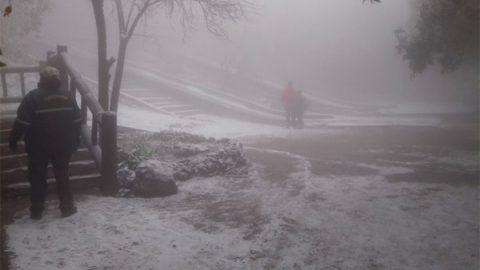 Familias se 'congelan' disfrutando de nevada en Chipinque