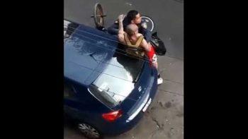 Policías someten a joven que grababa detención en la CDMX