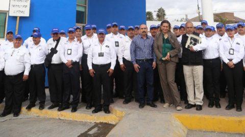 Entrega alcaldesa patrullas en festejo del día del policía