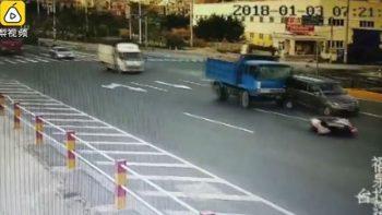 Mujer se salva de ser atropellada pero es aplastada por un camión de carga (VIDEO)