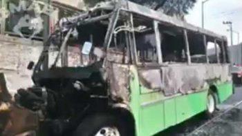Asaltan camión y lo incendian con el chofer adentro en la CDMX