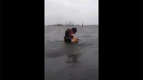 Mujer intenta ahogar a sus hijos en playa de Veracruz (VIDEO)