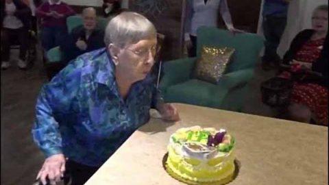 Mujer de 104 años dice tener el 'secreto' para la longevidad