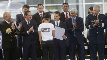 'Nos faltan 43', protesta académica al recibir premio de EPN
