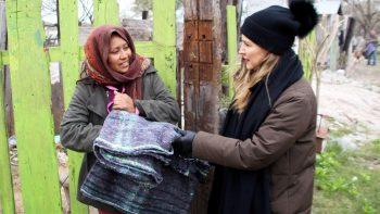 Rosalva Viera de Guajardo realiza recorridos para entregar apoyos por frente frío.