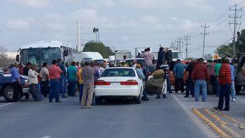 Protestan campesinos con bloqueos en la carretera a Río Bravo