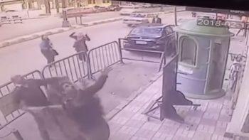 Policías 'atrapan' a un niño que cayó del tercer piso (VIDEO)