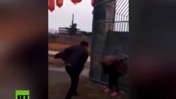 Mujer recibe brutal golpiza por matar a un perro e intentar vender la carne (VIDEO)