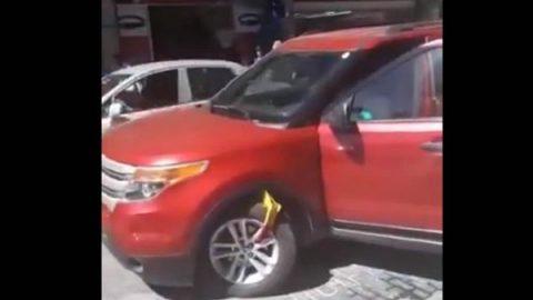 Mujer arranca su auto con todo y el inmovilizador(VIDEO)