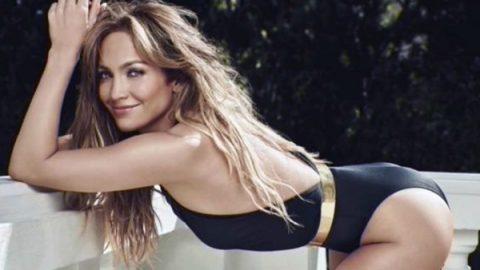 Jennifer Lopez luce figura de encanto a los 49 años