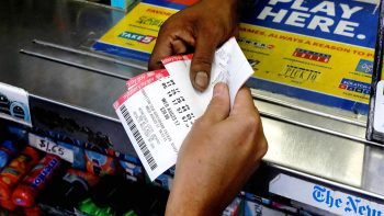 Gana 559 millones de dólares, y demanda a la lotería para preservar su anonimato