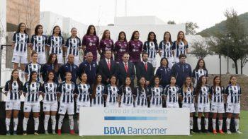 Equipo femenil y varonil de Rayados del Monterrey posa para la foto oficial
