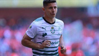 Cris Martínez es baja de Santos Laguna por golpear puerta en estadio