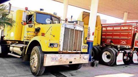 Traileros llenan tanque en Guatemala ante combustible más barato