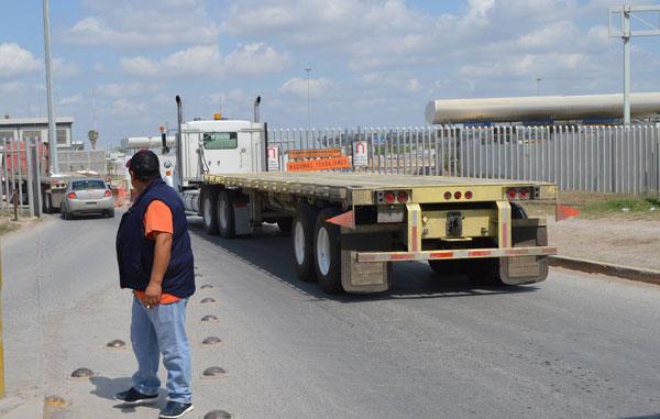 Decenas de camiones se quedan varados en el puente Pharr