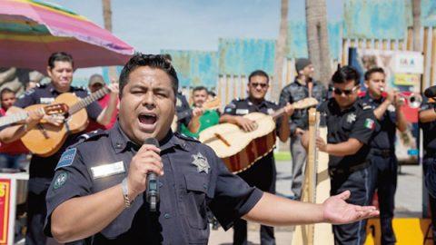 Sorprende Policía Federal con mariachi en playas de Tijuana