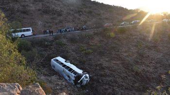 Autobús cae a barranco en San Luis Potosí; hay al menos dos muertos