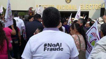 Llegan a sede del INE cientos para apoyar a 'El Bronco'