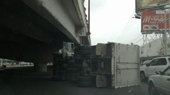 Vuelca camión de carga en Gonzalitos y Madero