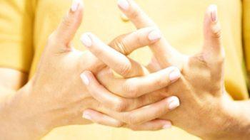 Tronarse los dedos puede perjudicar la salud