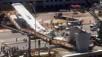 Se desploma puente peatonal en Florida; habría personas atrapadas