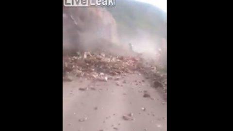 Mujer muere sepultada por deslizamiento de tierra en Perú (VIDEO)