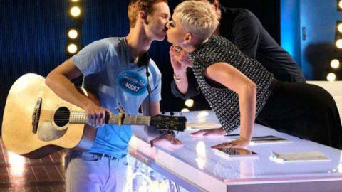 Katy Perry entró en polémica por robar beso a joven