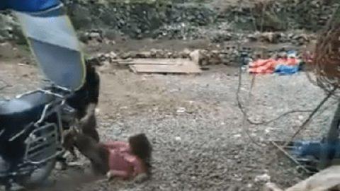 Niña es arrastrada en moto por su papá por negarse a ir a la escuela (VIDEOS)