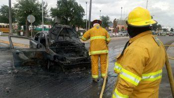 Accidente automovilístico termina en incendio
