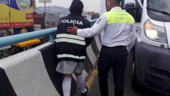Niña de secundaria intenta arrojarse de puente en Atizapán