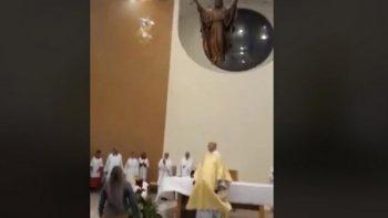Uso de dron para repartir 'cuerpo de Cristo' causa polémica
