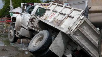 Otro socavón se 'traga' un camión materialista