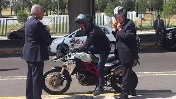 Video de AMLO llegando en moto a evento se vuelve viral