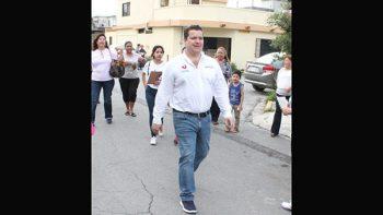 Vsista Daniel Torres Cantú a empleada municipal en el hospital